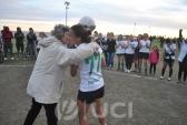 Profa. Nair Ackermann, Presidenta de la AUF-Fútbol Femenino, entrega la copa